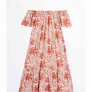 Två st off shoulder klänningar från Gina tricot, aldrig använda. Frakt tillkommer