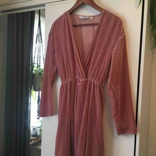 Aldrig använd dusty pink/ljus rosa klänning i glansig velour från &Other Stories Storlek 36 Skriv så sickar jag mått eller fler bilder på plagget! :) Obs! Träffas endast i Stockholm!