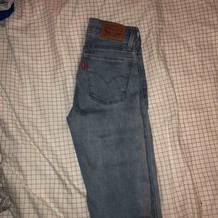 Ljusa levis jeans midwaist, otroligt mjuka stretchiga och bekväma. Aldrig använda utan endast testade. Plagget har tyvär aldrig kommit till användning. Köparen står för frakt. Tar swish:)