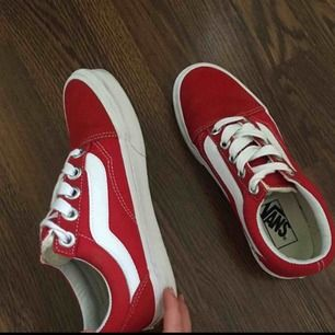 Säljer mina röda vans skor då dem inte används, använts runt 5 gånger kanske. Köptes för 800kr, Köparen står för frakten om möjligheten att mötas upp inte finns.