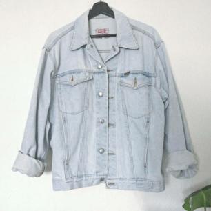 SUPER FIN ljustvättad vintage jeansjacka från 90 talet!! 🦋✨  I fint skick med lätt naturlig slitning!! Den perfekta jackan att göra något kreativt med som att sy på patches till ex!! ☺️  Storlek M, oversize fit på mig som är 160 cm och har storlek XS. Fri spårbar frakt!! 💌