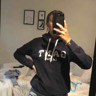 Denhär Gant hoodien är från barnavdelningen i storlek 13-14 år och 158-164cm och skulle säga att den är som en S i Dam storlekarna. Den passar mig utmärkt och är super skön!!