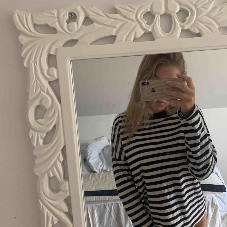 En randig långärmad tröja ifrån bikbok. Frakt tillkommer💞. Tröjor & Koftor.