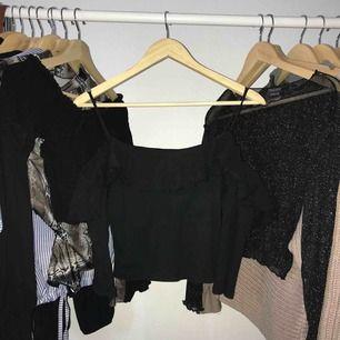 Semi-off shoulder långärmad i svart. Den svarta färgen är lite av pga alla tvättar. Men är annars fortfarande i gott skick.💕 Kan mötas i Malmö eller så står köparen för fraktkostnaderna.