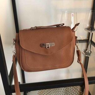 Väska i bra skick som jag tyvärr ej kommer ihåg var jag köpt😫 använd 1 gång & axelremmen går att ställa in efter hur lång eller kort man vill ha den!! Frakt tillkommer ❣️