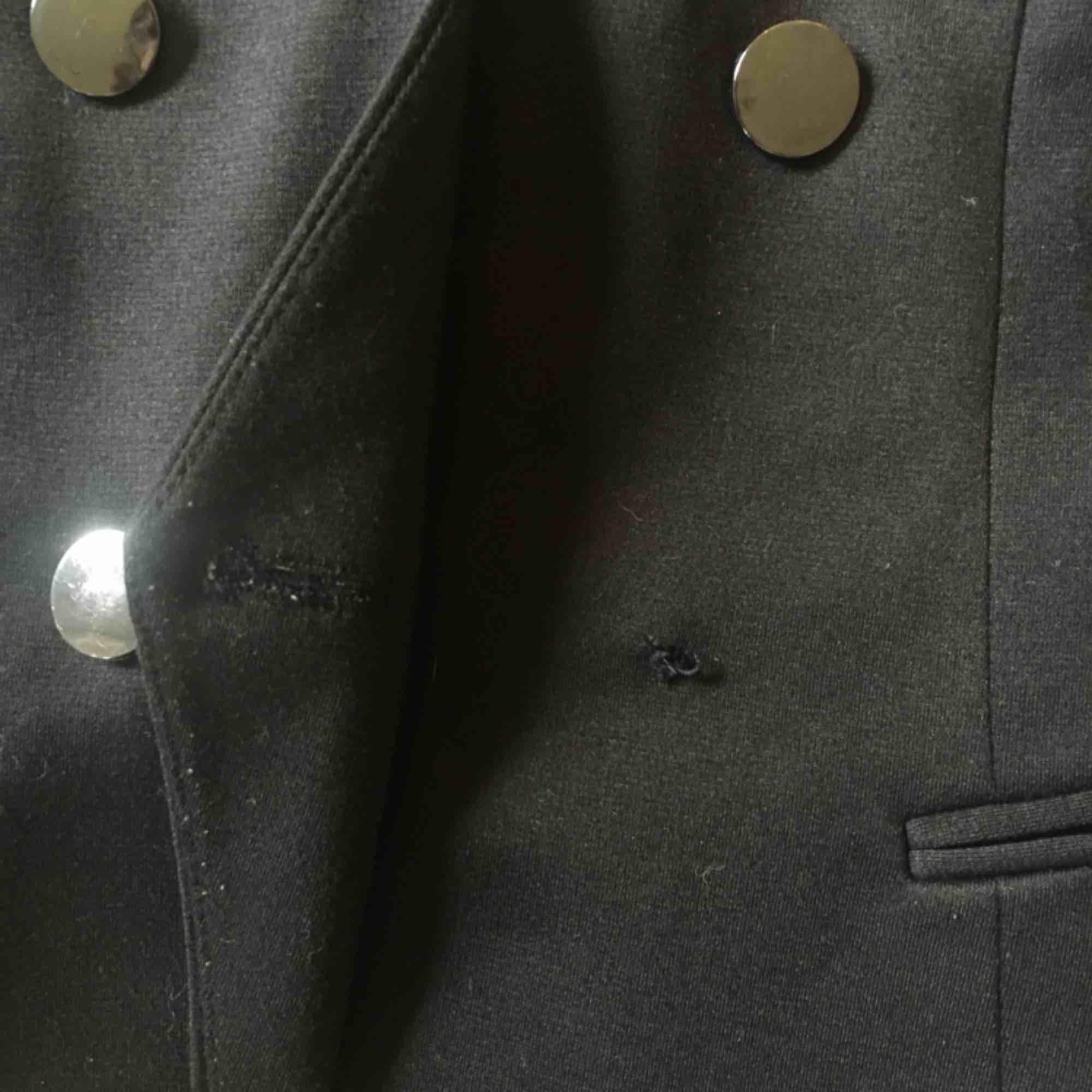 Blazer  En knapp har trillat av men annars bra skick  Figursytt och axelkuddar   . Kostymer.