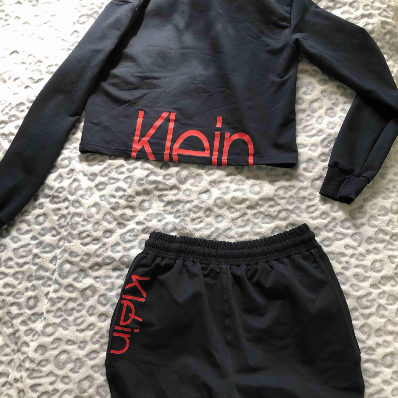 tröjan är såld❌  Superfint set från Calvin Klein. Tröjan är sparsamt använd och shortsen är oanvända. 150kr + frakt för båda delarna och 85kr + frakt för en del. Skriv för fler bilder🥰. Toppar.