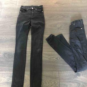 Två par jeans från dr denim. Ett par har en trasig söm på fickan så de är för 90kr + frakt och de andra är hela och 100kr + frakt. Båda för 180kr + frakt