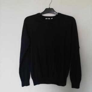 Mörkblå (nästan svart i vissa ljus) stickad tröja i cashemere-blandning från Uniqlo. Stl XS herr, sitter bra på mig som har XS dam lite relaxed. Frakt 59 kr.