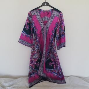 Snygg somrig relaxed klänning från Saint Tropez i stl S i kimono-modell. Ceriserosa med orientaliskt mönster. Mjuk ich skön i material som påminner om silke. Frakt 42 kr.