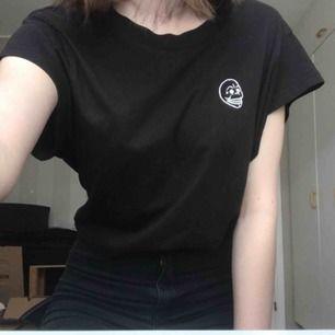 Knappt använd t-shirt från cheap monday. Storlek M men sitter som en S. Frakt tillkommer