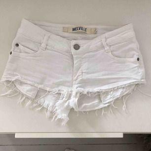 """Vita lågmidjade jeansshorts från brandy Melville. Är storlek """"38"""" enligt lappen men är för små för mig som brukar ha 36, så håller inte riktigt med om storleken. Möts tyvärr inte upp så frakt tillkommer & betalning sker via swish!🥰"""