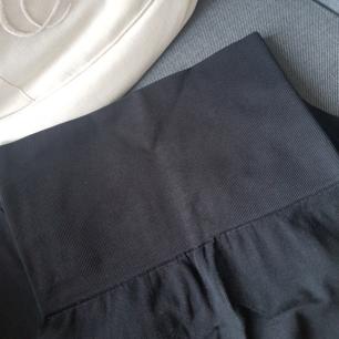 TIGHTA  svarta leggins med bred resår i midjan som ska hålla in magen (vilket dom gör). Lite tjockare tyg. Knappt använda så i nyskick. Frakten ingår!