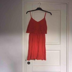 Oanvänd klänning från hm  Röd/orange färg  Ordinarie pris 249