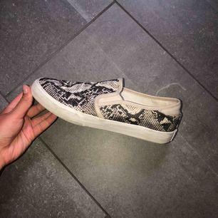 Snake slipon skor från tamaris . Använda ett fåtal gånger