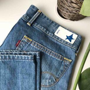Skitsnygga jeans från Levi's, bootcut med normal/låg midja. Vet dock tyvärr ej vad de är för storlek men skulle gissa på 34/36. Även 38 skulle passa om man har mindre höfter☺️ köpare står för frakt!!💖💖