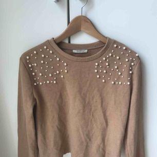Långärmad tröja från Zara. Suuuuuperskön och bra kvalitet. Fina pärlor på framsidan under axlarna. 💕💕💕
