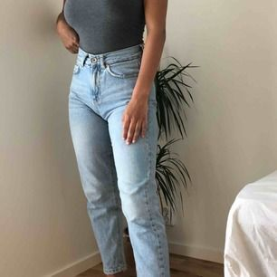 mom jeans från veromoda. lagom stretch. storlek 26/30.