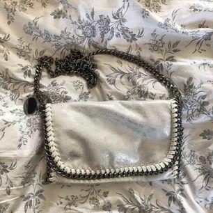 Vit, glittrig handväska köpt i Spanien, fake Stella McCartney väska. Bra skick, använd 1 gång/som ny.
