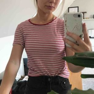 Vit och röd randig T-shirt från BikBok. Använd max fem gånger.