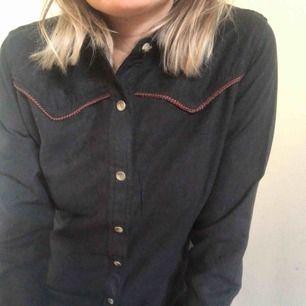 Cool skjorta i mockaimitation. Inköpt i USA. Aldrig använd.