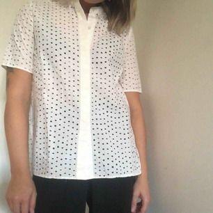 Skjorta från COS med korta ärmar.