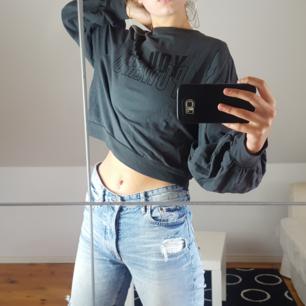 Grå/blå croppad tröja med ballongärmar från Zara. Kattägare. Köparen står för frakten 🌻