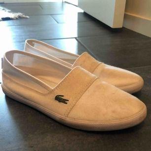 Lacoste skor, små fläckar men går att tvätta bort.