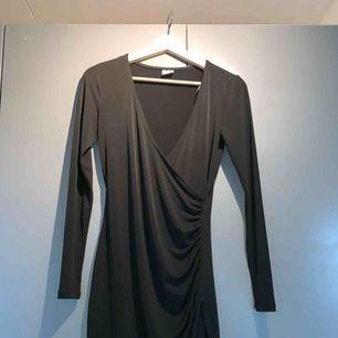 Omlott klänning från Gina, går ner till halva höften, s, svart
