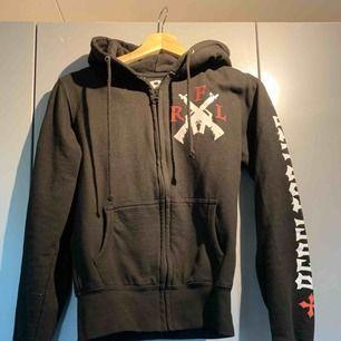 Hoodie från extreme clothing, vingar på ryggen, rebeller for life storlek XS