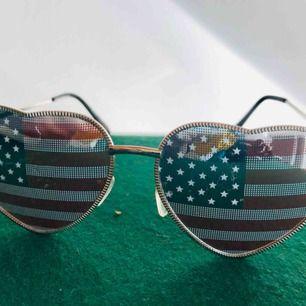 Coola hjärtformade USA solglasögon.  Lite sliten.  Använd i många år, dock i bra skick.