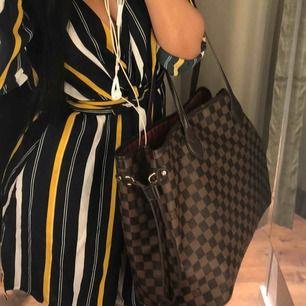 Väskan är väl andvänt men fortfarande jätte bra skick. ite ÄKTA!  Storlek/modell : L NEVERFULL