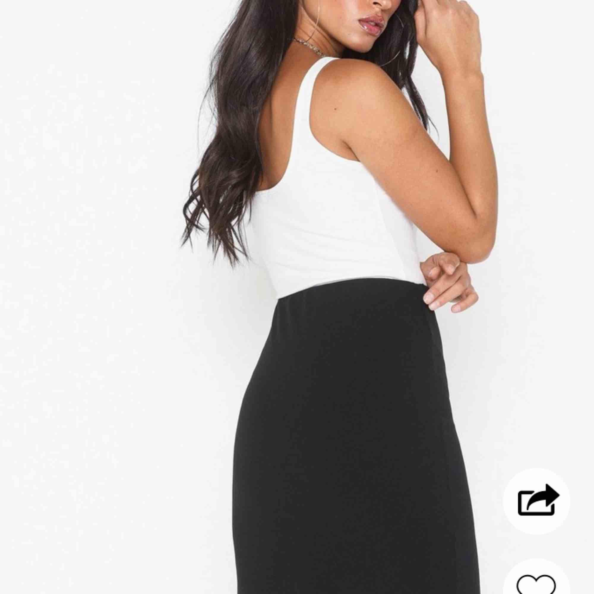 En helt ny kjol från Nelly som jag bara har fått användning av en gång, men den är för snygg för att bara ligga i garderoben, materialet är stretchigt vilket gör att den är väldigt bekväm att ha på sig och den   blir supersnygg på☺️. Kjolar.