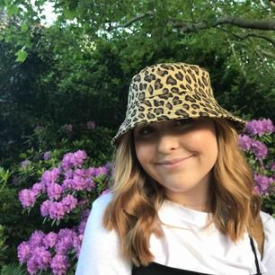 Trendig fiskehatt/bucket hat i leo-mönster. Köpt i Berlin och har inte används sedan dess. Exclusive frakt:)