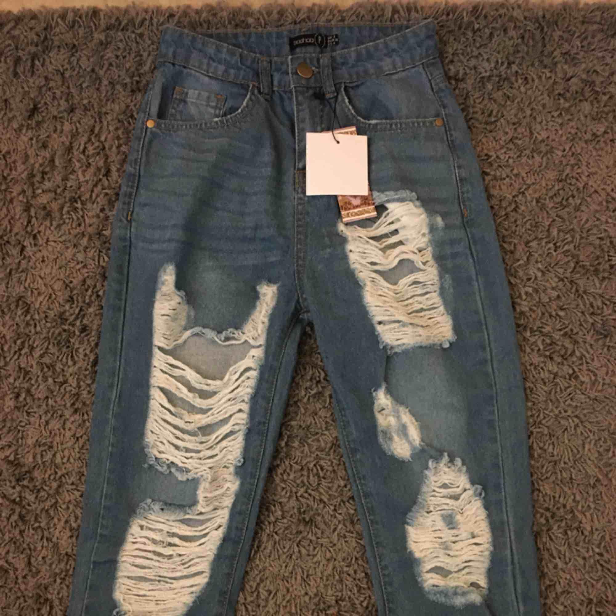 Supersnygga lite mom jeans aktiga byxor från boohoo! Är dessvärre lite för små på mig. Helt oanvända! Passar för de som är ca 1.60 och kortare. Skriv för intresse! ☺️. Jeans & Byxor.