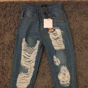 Supersnygga lite mom jeans aktiga byxor från boohoo! Är dessvärre lite för små på mig. Helt oanvända! Passar för de som är ca 1.60 och kortare. Skriv för intresse! ☺️