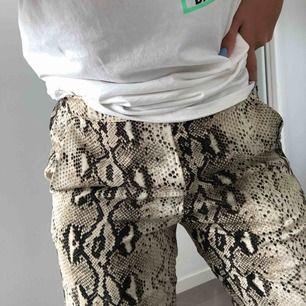 Bekväma snake-byxor från Vila med fickor. Storlek 36