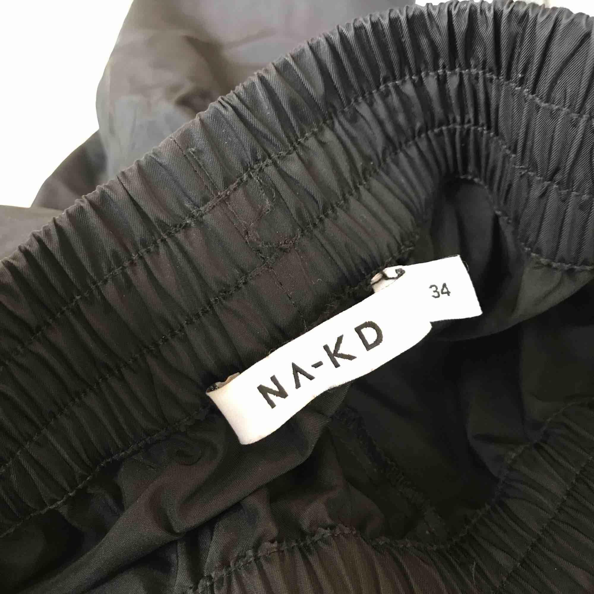 Säljer mina tracksuit pants från nakd, använda 1 gång. Köpt för 399kr. Köpare står för frakt. Jeans & Byxor.