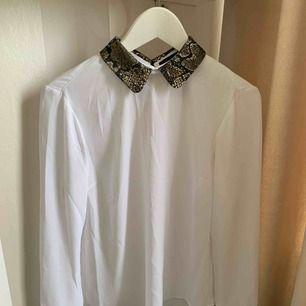 Super snygg skjortblus med snygg detalj på kragen ifrån Zoul Edition. Använd ett fåtal gånger och är i fint skick. Säljer pga hinner inte använda den.