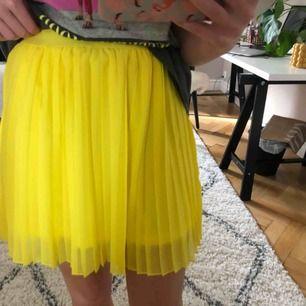 Jättefin plisserad kjol från nakd, aldrig använd och lapp är fortfarande kvar☺️ Jättefint skick som sagt eftersom den aldrig används! Pris kan diskuteras och frakt står köparen för💕