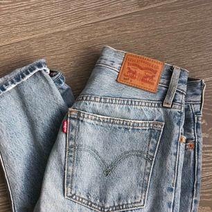 Mycket snygga Levi's jeans modell 501 i storlek 26/30. Använda ett fåtal gånger, därmed i mycket bra skick. Köpare står för frakt🥰