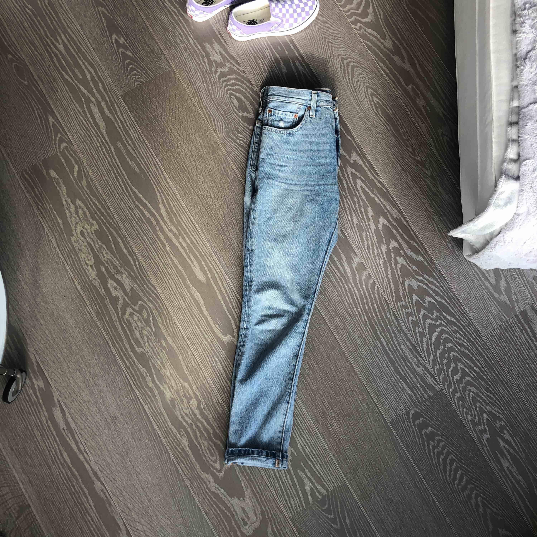 Mycket snygga Levi's jeans modell 501 i storlek 26/30. Använda ett fåtal gånger, därmed i mycket bra skick. Köpare står för frakt🥰. Jeans & Byxor.