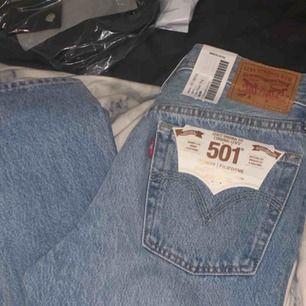 Säljer dessa nya levis jeans då dom är för stora för mig! Hoppas att någon annan får användning för dom! 🌸 Köparen och jag delar på frakten! :)