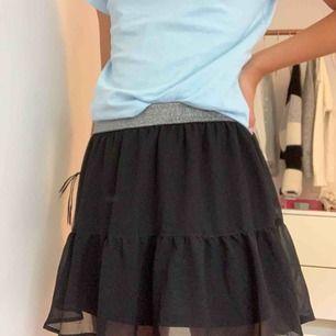 Superfin kjol från H&M! Med glitter kant 💖 kjolen är en liten S, köparen står för frakten (18 kr) 🤩