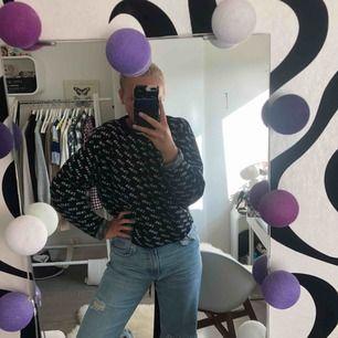 Najs croppad tröja från Zara. I lite tjockare material, vilket innebär att den håller värmen väl!
