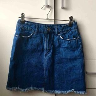 Söt jeanskjol från H&M, säljes pga för liten