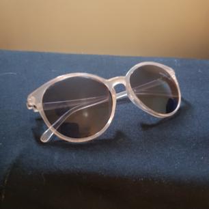 🌻gina och bekväma solglasögon från märket vans, köpta på junkyard🌻använda under hela våren och början av sommaren🌻