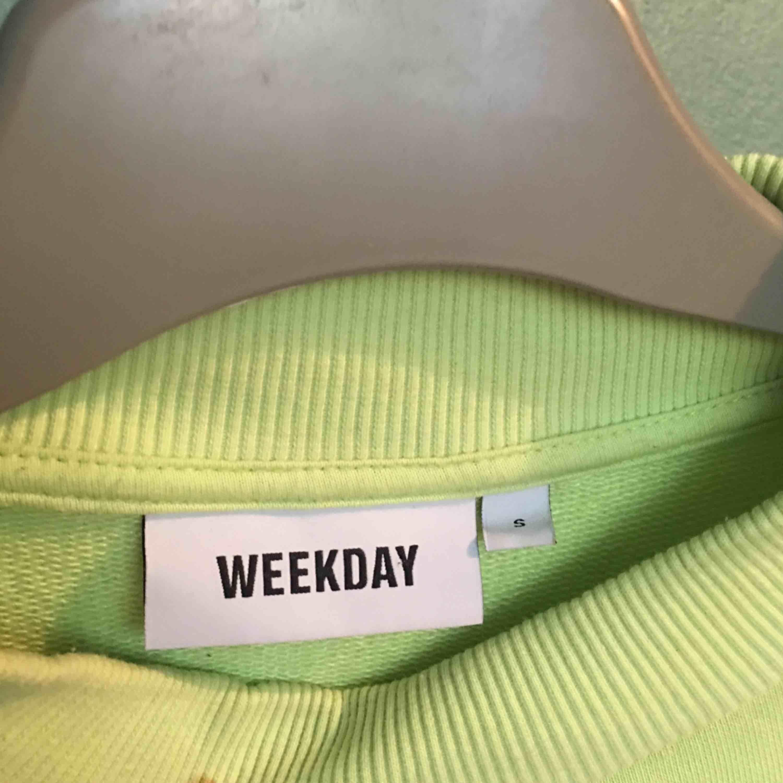Neon tröja från weekday. Säljs då jag använder den inte . Tröjor & Koftor.