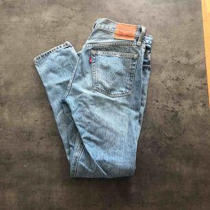 Levis jeans i storlek w26 l28. Modell 501 skinny. Slitningar vid knät och ett lite längre upp som var så när jag köpte dem. Använda sparsamt.
