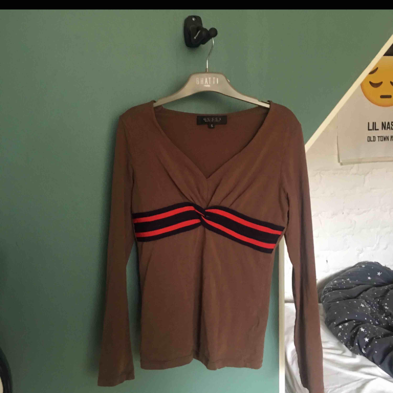 Gucci tröja som har tyvärr blivit för liten. Är i mycket gott skick!!. Tröjor & Koftor.